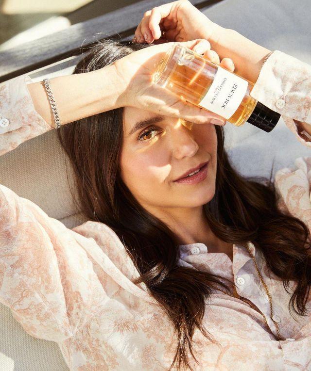 La blouse & son parfum de Nina Dobrev sur le compte Instagram de @nina