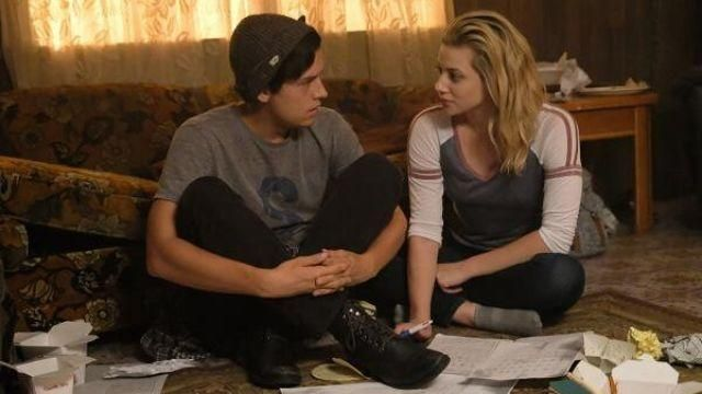 The black boots of Jughead Jones (Cole Sprouse) in Riverdale (S02E04)