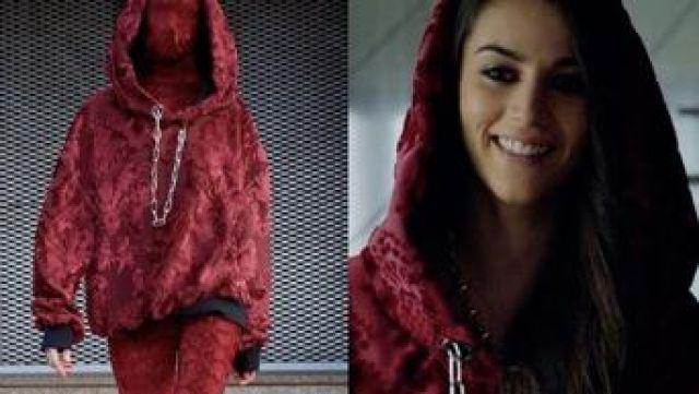 Red velvet hoddie with chain worn by Rebeka Parrilla Claudia Salas in Elite