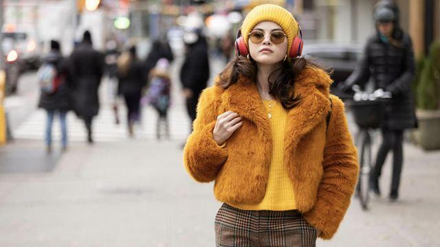 Free People Jaune bonnet porté par Mabel (Selena Gomez) comme on le voit dans Only Murders in the Building (Saison 1) série TV