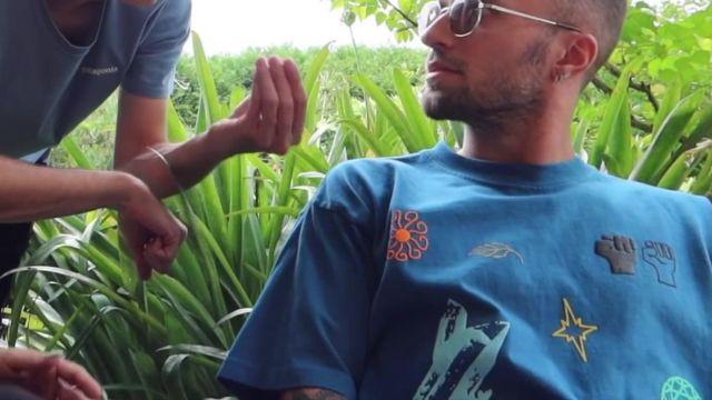 Le t-shirt bleu Obey 'In The Groove' de Squeezie dans la vidéo YouTube ON ORGANISE UNE SOIRÉE DE GROS ZOZO