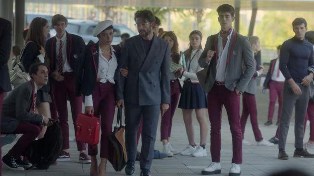 Le sac cartable vintage rouge de Ari Blanco (Carla Díaz) dans la série Élite (S04E01)