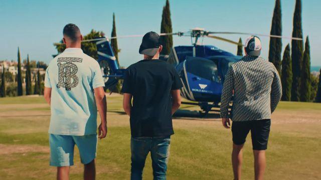 Le t-shirt bleu ciel BT Burberry porté par Maes dans le clip Maison D'arrêt de Hornet La Frappe