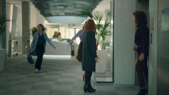 Les bottines fendues sur le coté de Valeria (Diana Gómez) dans la série Valeria (S02E01)