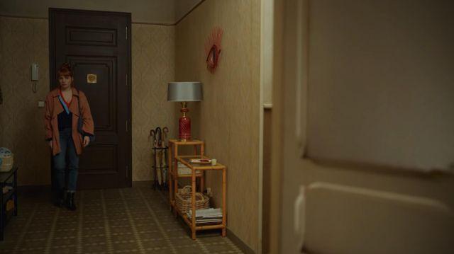 Le trench rose porté par Valeria (Diana Gómez) dans la série Valeria (Saison 2 Episode 3)