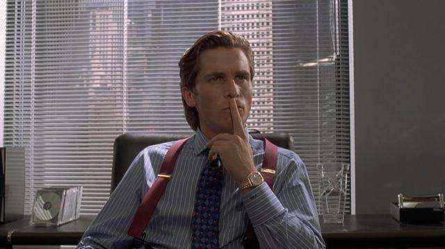 Les bretelles rouges portées par Patrick Bateman (Christian Bale) dans le film American Psycho