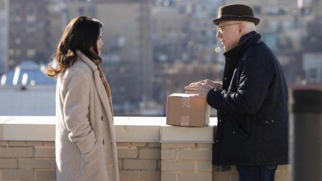 Zadig & Voltaire Shearling Manteau porté par Mabel Mora (Selena Gomez) dans Seuls les Meurtres dans le Bâtiment de la série TV garde-robe (Saison 1 Épisode 1)
