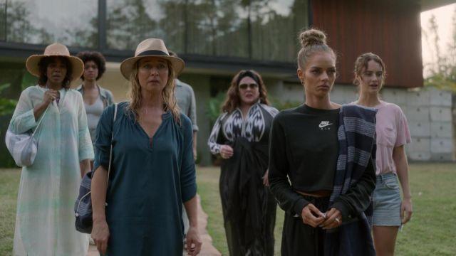 Nike Air Crop Crew Sweatshirt in black worn by Jessica Chandler (Samara Weaving) as seen in Nine Perfect Strangers outfits (S01E03)