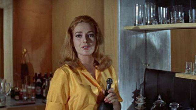 La bouteille de Dom Perignon 1959 de Helga Brandt (Karin Dor) dans On ne vit que deux fois