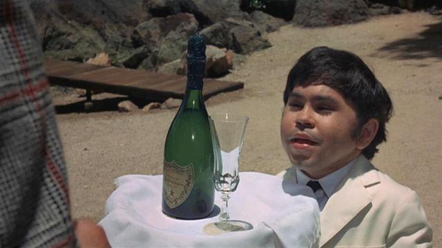 La bouteille de Dom Perignon 1964 apportée par Tric-Trac dans L'homme au pistolet d'or
