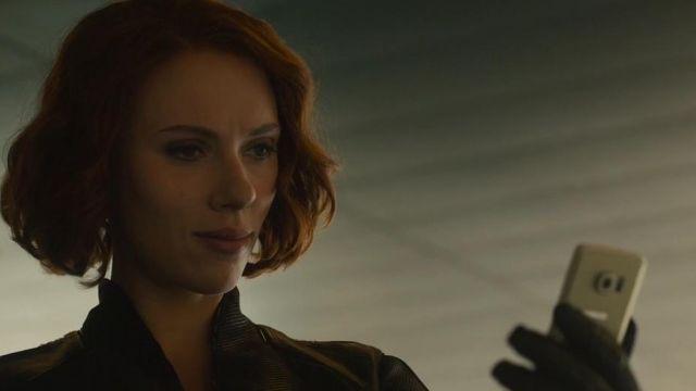 The Samsung Galaxy S6 Edge to Natasha Romanoffs (Scarlett Johansson) in Avengers : Age of Ultron