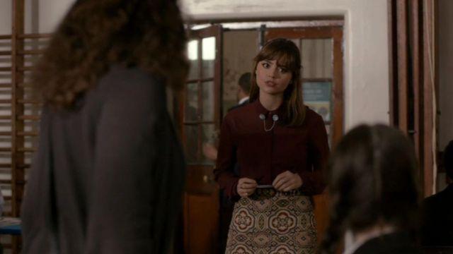 La chemise bordeaux Topshop de Clara Oswald (Jenna Coleman) dans Doctor Who S08E06