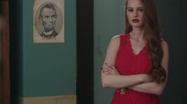 The playsuit red of Cheryl Blossom (Madelaine Petsch) in Riverdale S01E03