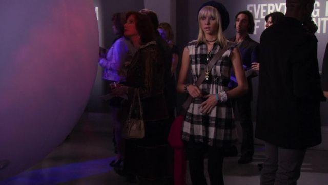 La robe tartan noire et blanche portée par Jenny Humphrey (Taylor Momsen) dans Gossip Girl (Saison 2 Épisode 8)
