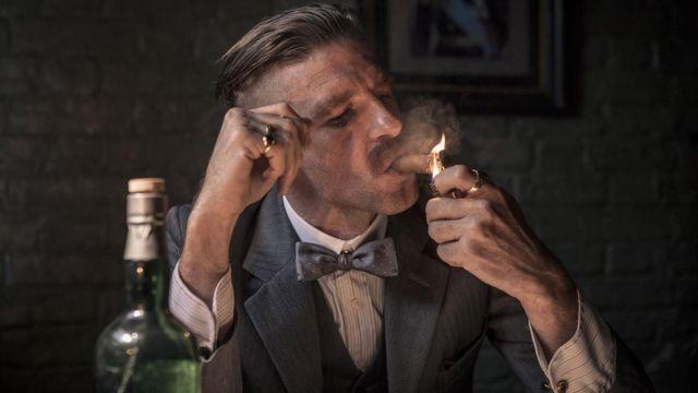Le noeud papillon satin à pois de Arthur Shelby (Paul Anderson) dans Peaky Blinders S01E01