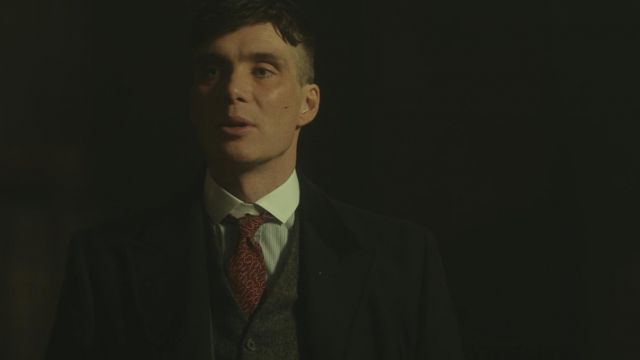 La cravate imprimée rouge de Thomas Shelby (Cillian Murphy) dans Peaky Blinders S02E03