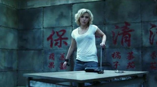 the t shirt basic white Scarlett Johansson in Lucy
