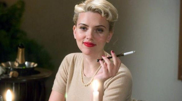 The smoke a cigarette of Kay Lake (Scarlett Johansson) in The Black Dahlia