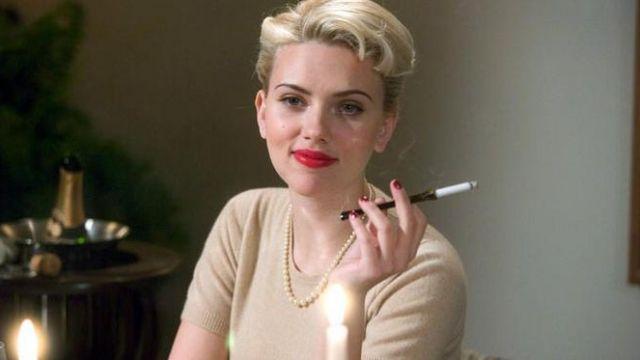 The smoke a cigarette of Kay Lake (Scarlett Johansson) in The Black Dahlia