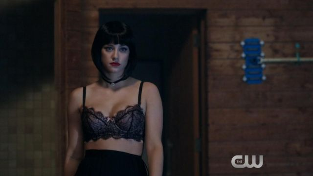The bra of Betty Cooper (Lili Reinhart) in Riverdale S01E03