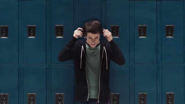 The T-shit grey Clay Jensen (Dylan Minnette) in 13 Reasons Why