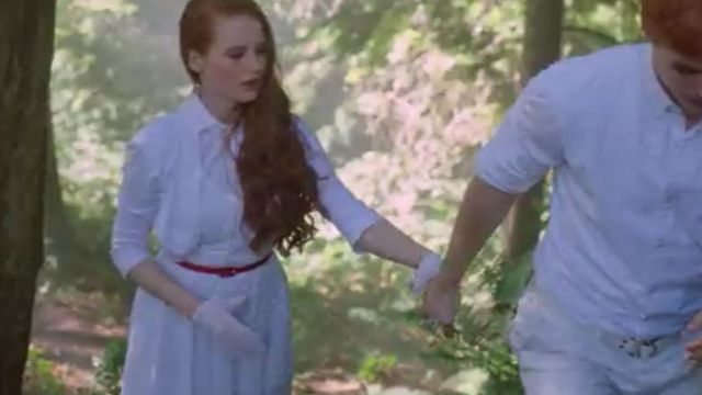 The white dress immaculate of Cheryl Blossom (Madelaine Petsch) in Riverdale S01E05