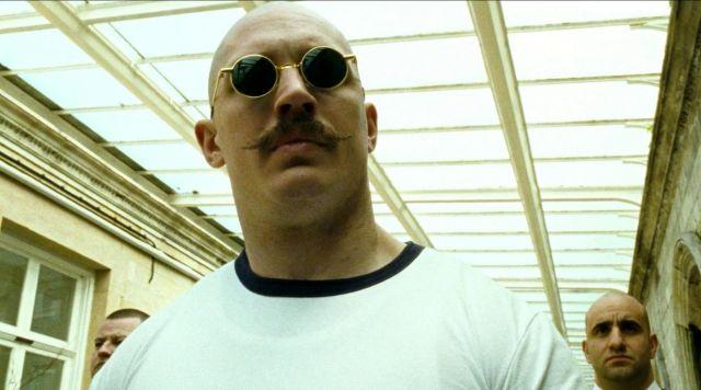 Les lunettes rondes dorées de Charles Bronson (Tom Hardy) dans Bronson