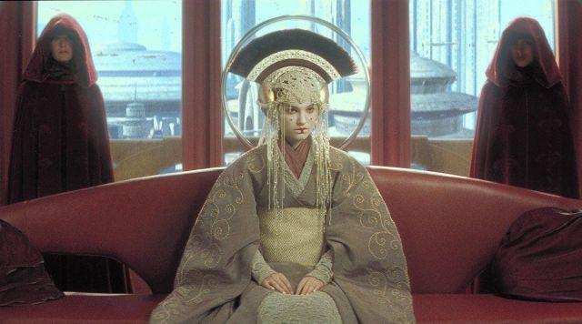 La tenue de la Reine Padme Amidala (Natalie Portman) dans Star Wars 1 : La menace fantôme