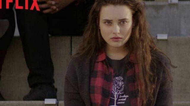 The t-shirt Broken Social Scene Hannah Baker (Katherine Langford) in 13 Reasons Why S01E02