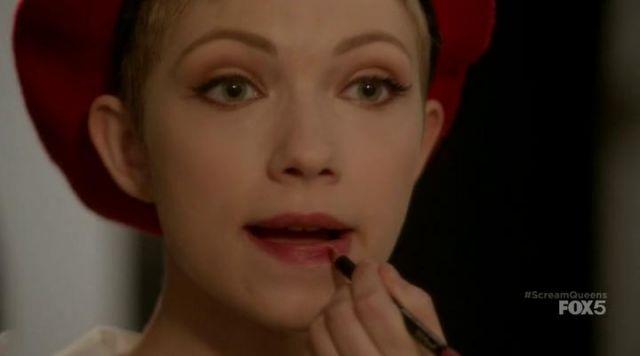 The lip pencil MAC Feather McCarthy (Tavi Gevinson) in Scream Queens S01E07