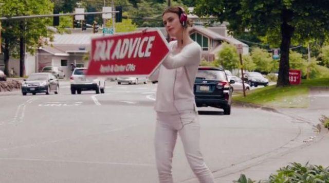 Objetado sencillo Roux  The headphones are pink, Megan (Keira Knightley) in