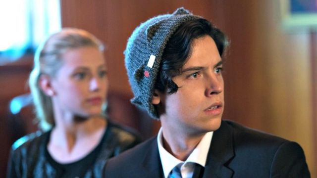 The bonnet grey in the shape of a crown Jughead (Cole Sprouse) in Riverdale S01E04