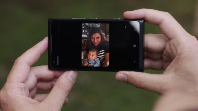 The smartphone Nokia Lumia 900 Danny Castellano (Chris Messina) in The Mindy Project S04E06