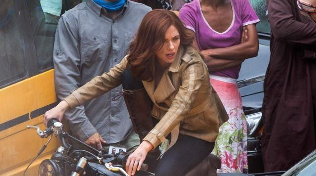 The jacket in beige from Natasha Romanoffs (Scarlett Johansson) in Captain America : Civil War