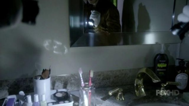 Feather McCarthy's (Tavi Gevinson) toothbrush in Scream Queens S01E07