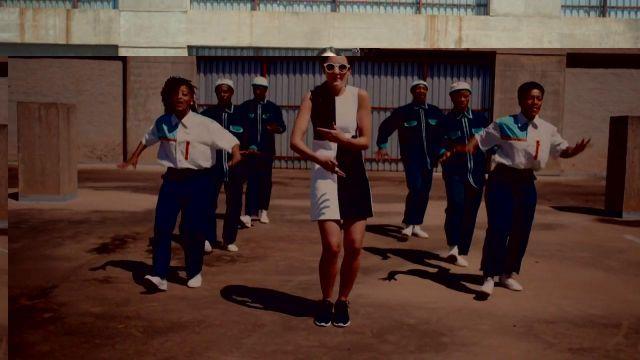 Les sneakers noires de Jain dans son clip Makeba