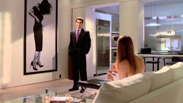 """La pouf """"Barcelona"""" dans l'appartement de Patrick Bateman (Christian Bale) dans American Psycho"""