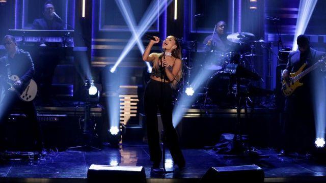 Les escarpins noirs qu'Ariana Grande porte dans The Tonight Show starring Jimmy Fallon