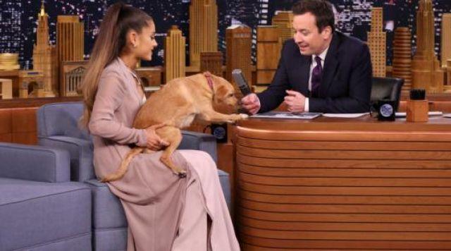 Le manteau façon robe House of CB de Ariana Grande lors de The Tonight Show starring Jimmy Fallon