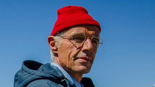Le bonnet rouge du Commandant Cousteau (Lambert Wilson) dans L'Odysée