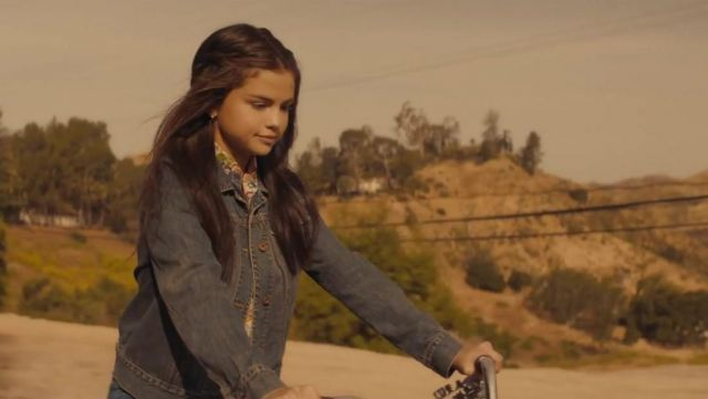La veste Levi's de Selena Gomez dans son clip Bad Liars