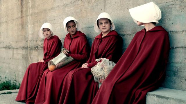 The red tunic of handmaid Offred / June (Elisabeth Moss) in The Handmaid''s Tale : The Handmaid's tale