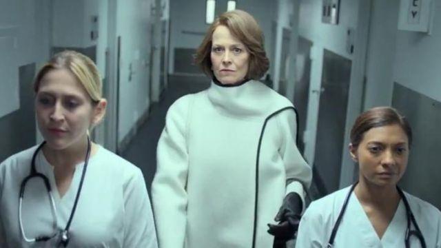 Le manteau Sportmax Jolly blanc d'Alexandra (Sigourney Weaver) dans The Defenders S01E01