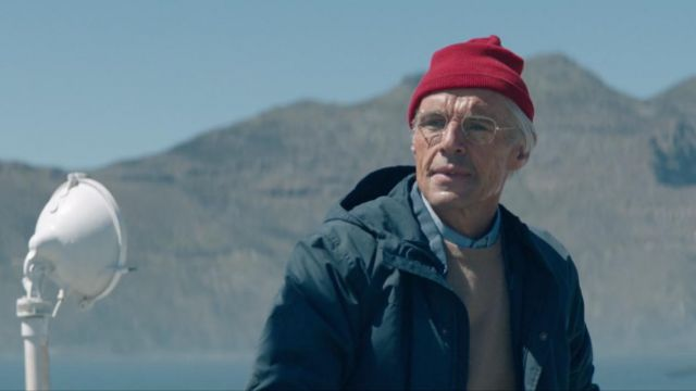 Le bonnet rouge de Jacques-Yves Cousteau (Lambert Wilson) dans L'Odyssée