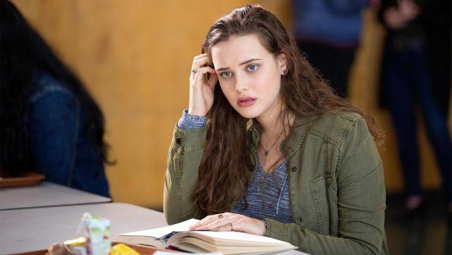 The military jacket khaki Hannah Baker (Katherine Langford) in 13 Reasons Why