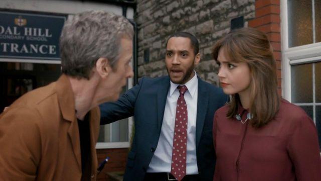 La chaîne de chemise de Clara Oswald (Jenna Coleman) dans Doctor Who S08E06