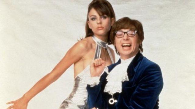 La robe argenté de Vanessa Kensington (Elizabeth Hurley) dans le film Austin Powers