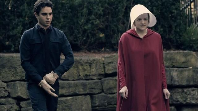 The holding of Offred (Elisabeth Moss) in The handmaid''s tale (The handmaid's tale)