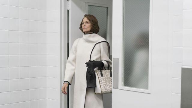 Paige Jouer NYC Sac porté par Alexandra (Sigourney Weaver) dans Les Défenseurs