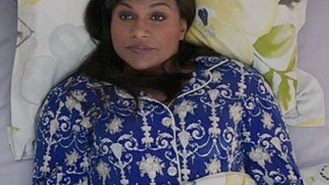 The pajamas blue print of Mindy Lahiri (Mindy Kaling) in The Mindy Project S06E01